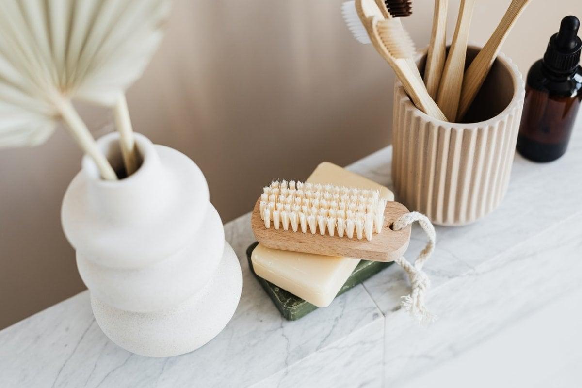 Flesjes en potjes in de badkamer