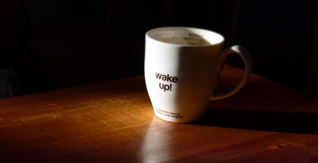 Koffiemok Met Wake Up Erop