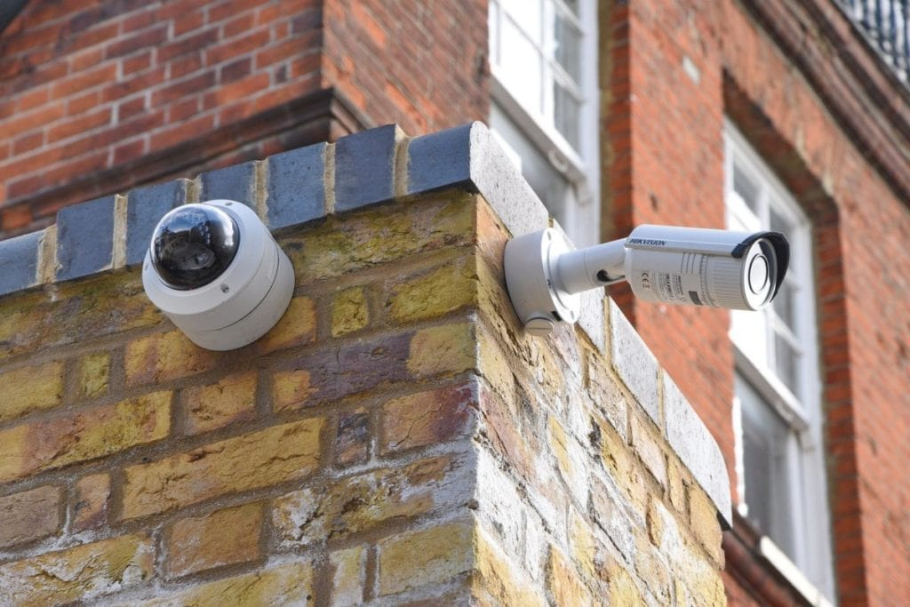 Alarmsysteem aan de muur, buiten