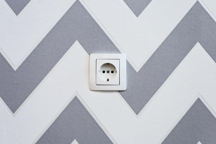 Stopcontact in gestreepte muur