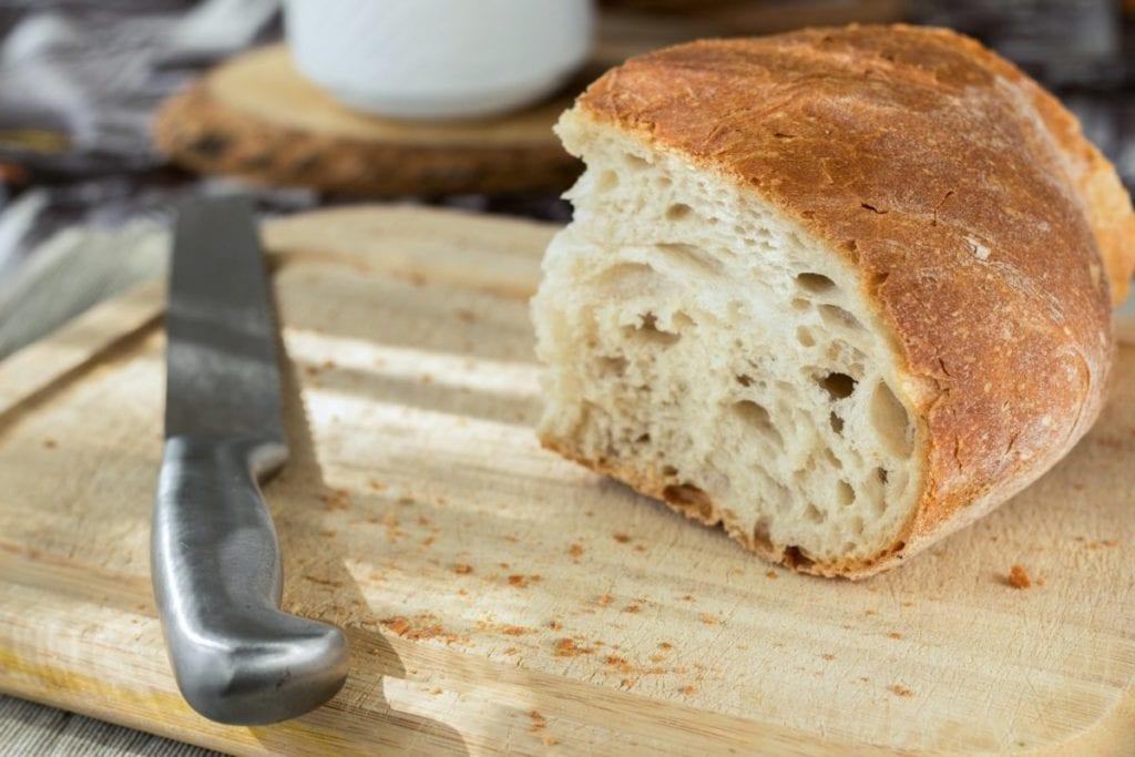 Gesneden broodmes op broodplank