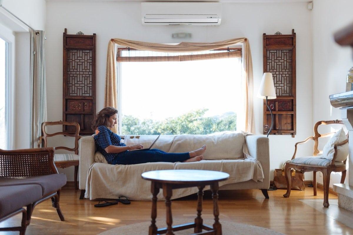 Gezellige huiskamer met meubels