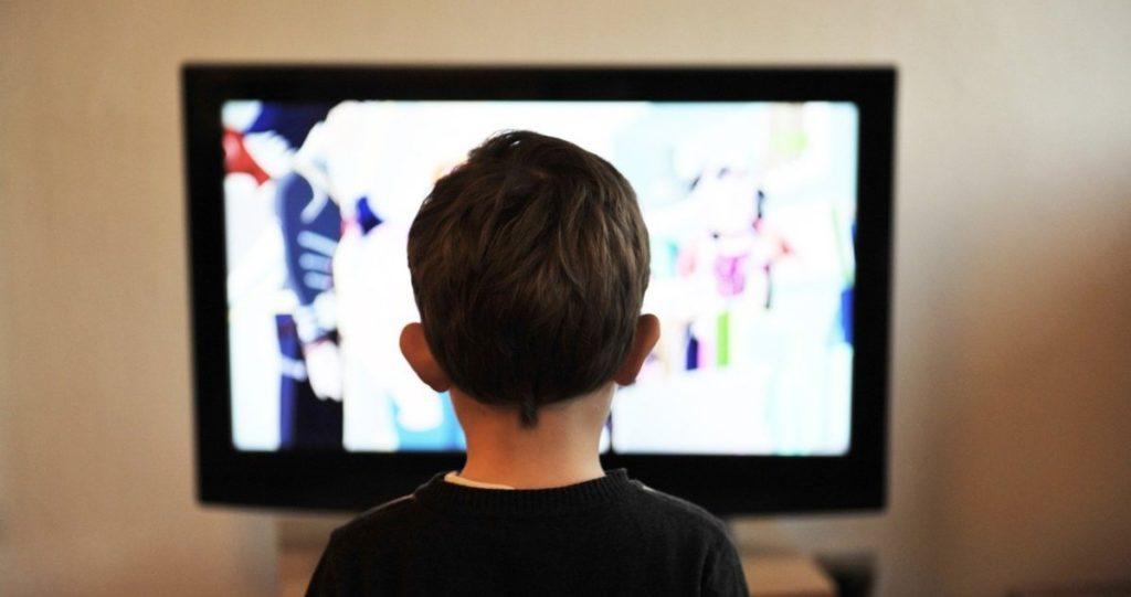 Kind Kijkt Tv In Woonkamer