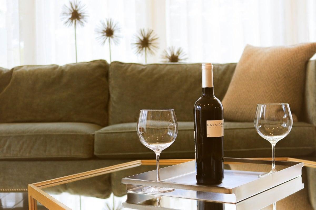 Fles wijn en twee wijnglazen op tafel
