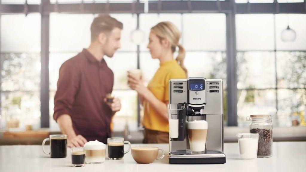 Koffiemachine met 2 mensen op de achtergrond