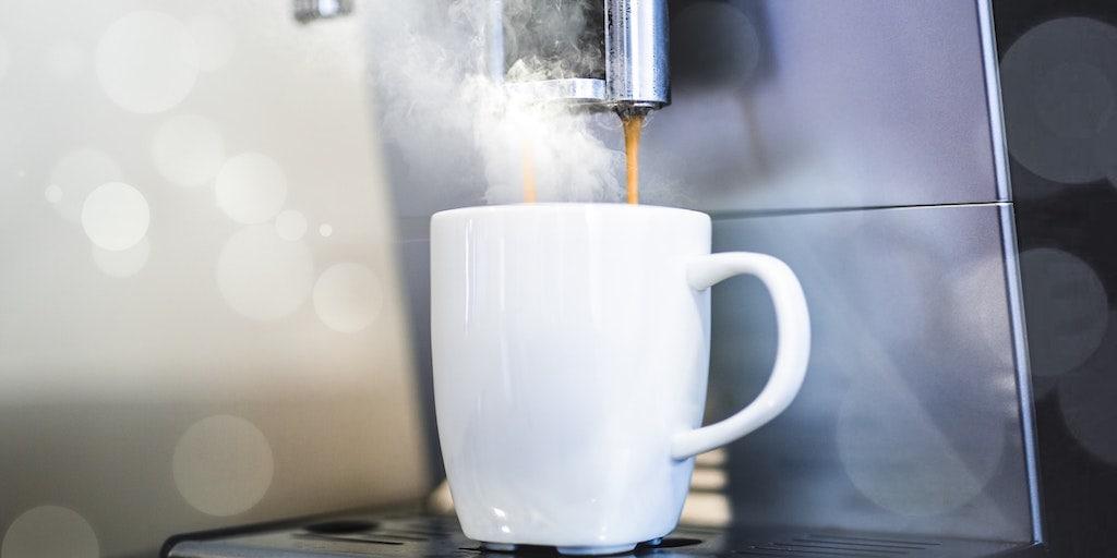 Koffiekopje onder volautomatisch koffiezetapparaat