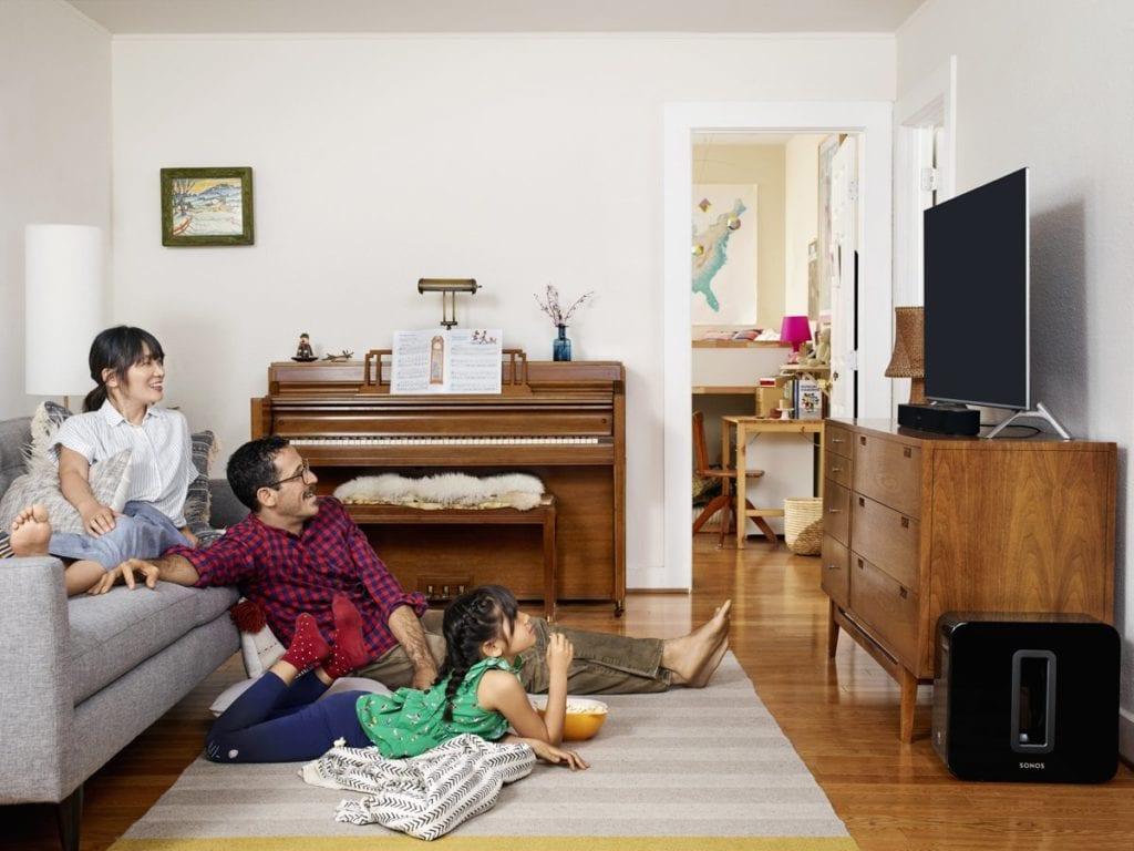 Familie die tv aan het kijken is