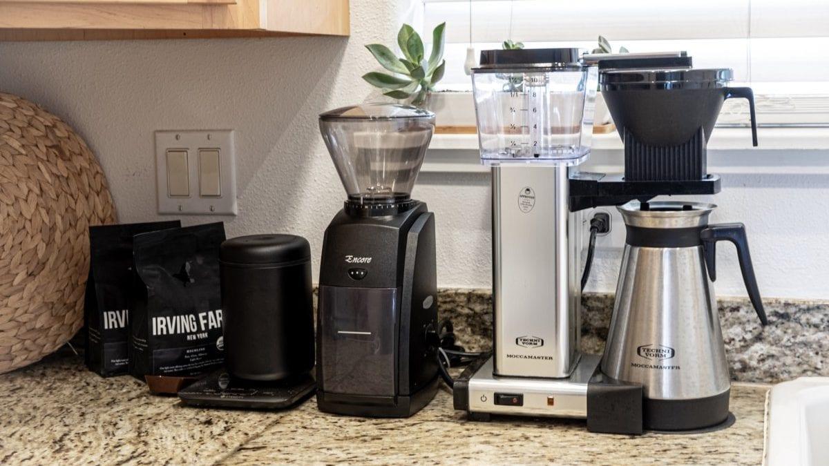 Koffiemachine en bonenmaler op aanrecht