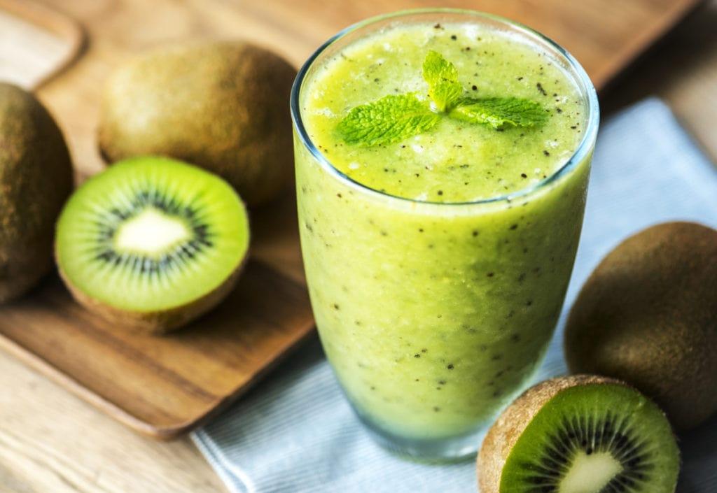 Groene smoothie met kiwi, bovenaanzicht
