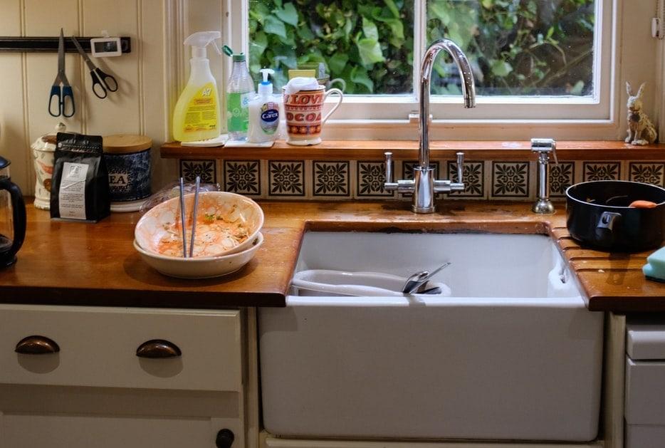 Keukengootsteen Omring Met Afwas Bij Een Raam