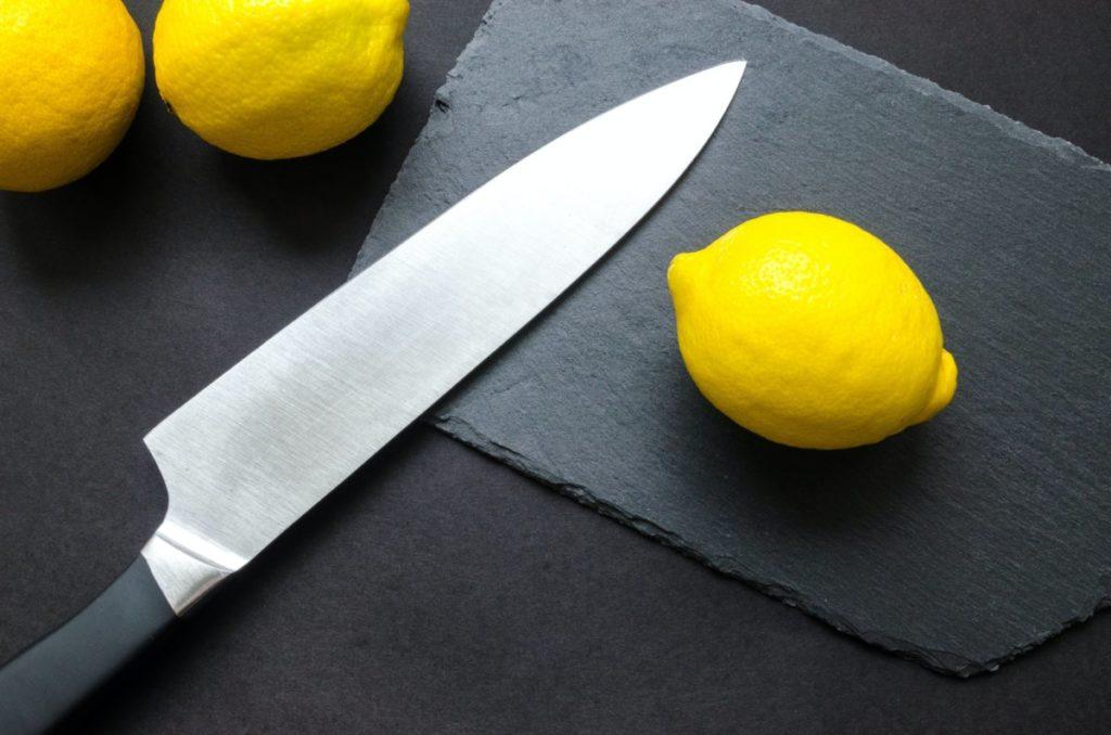 Keukenmes met citroen, bovenaanzicht