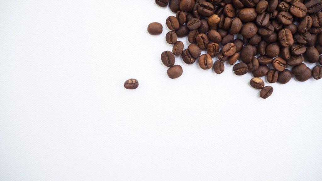 Koffiebonen op witte tafel