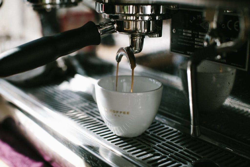 Koffiemachine in gebruik, zij-aanzicht, schuin