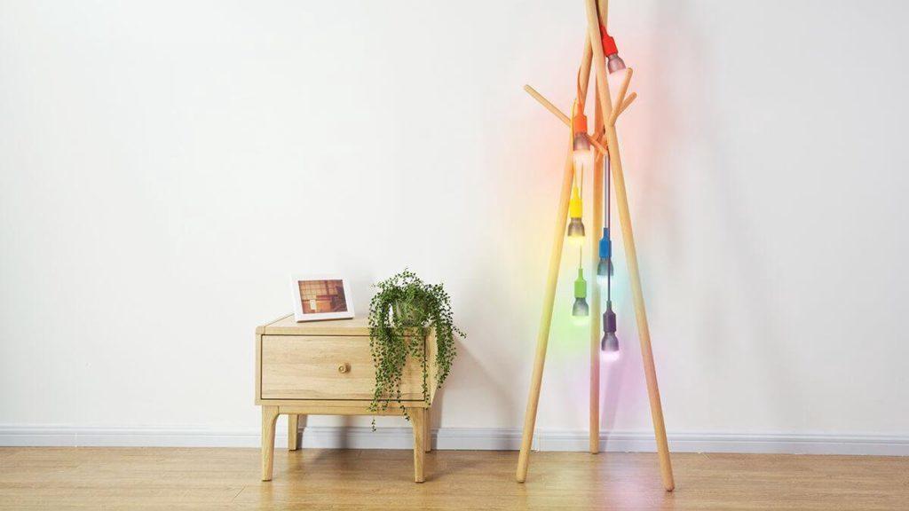 Staande lamp met verschillende kleuren lampen