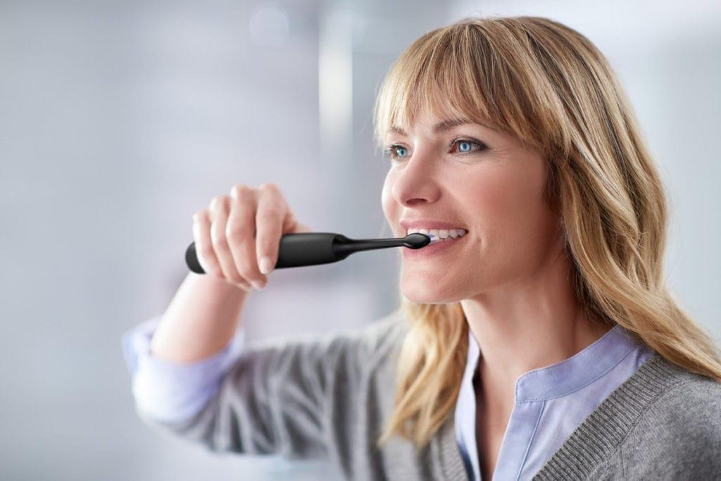 Vrouw die tanden poetst