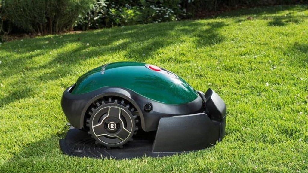 Robotmaaier, zij-aanzicht op het gras