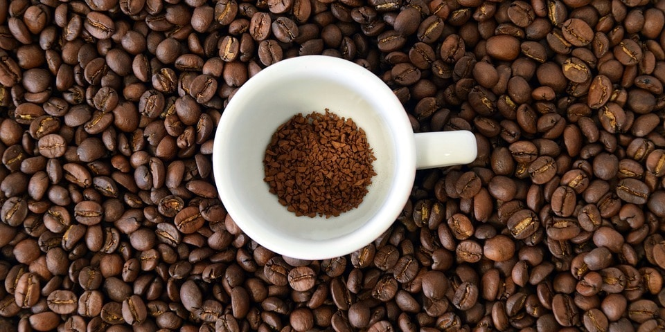 Kopje met instant coffee, omringd met koffiebonen