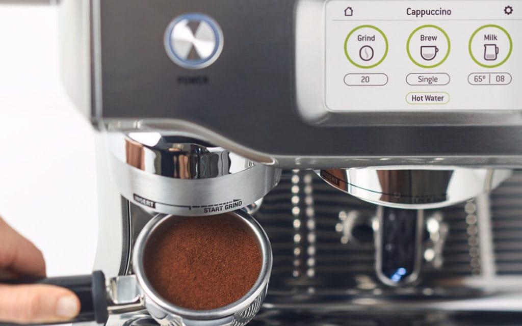 Vers gemalen koffie in piston, met bedieningspaneel boven