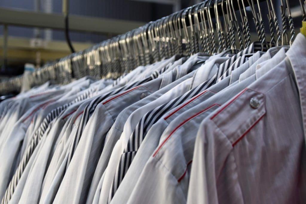 Uniformen En Hemden Achter Elkaar Op Kledinghaken
