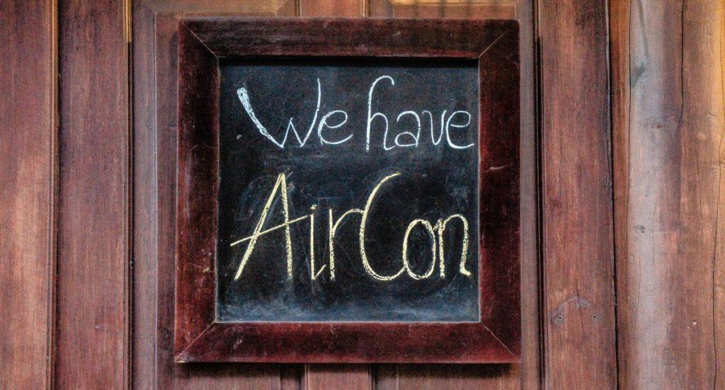 "Bordje met ""We have AirCon"" erop"