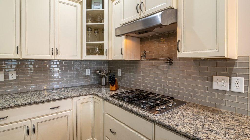 Grote keuken met grijze tegeltjes