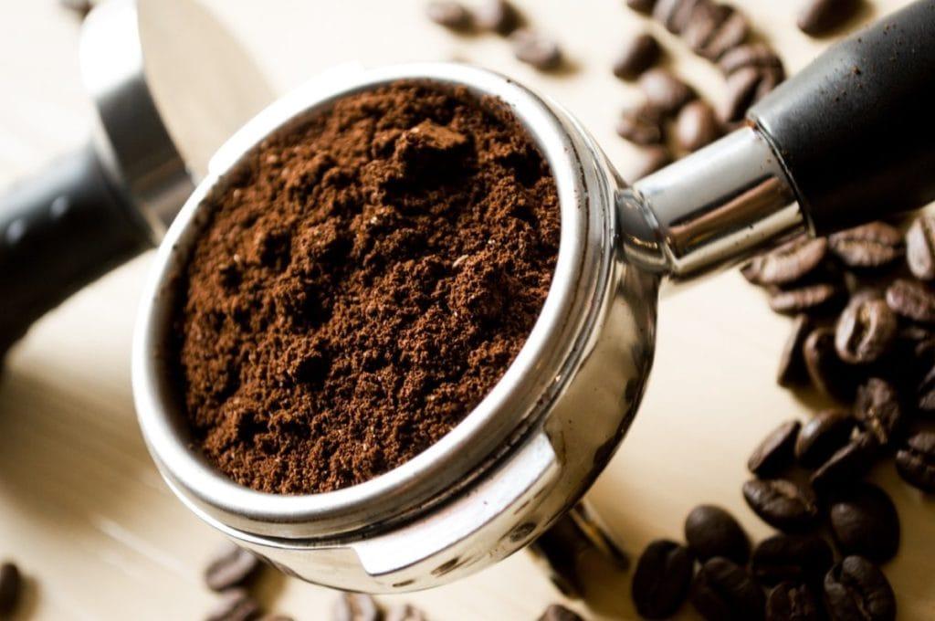 Gemalen koffie in piston
