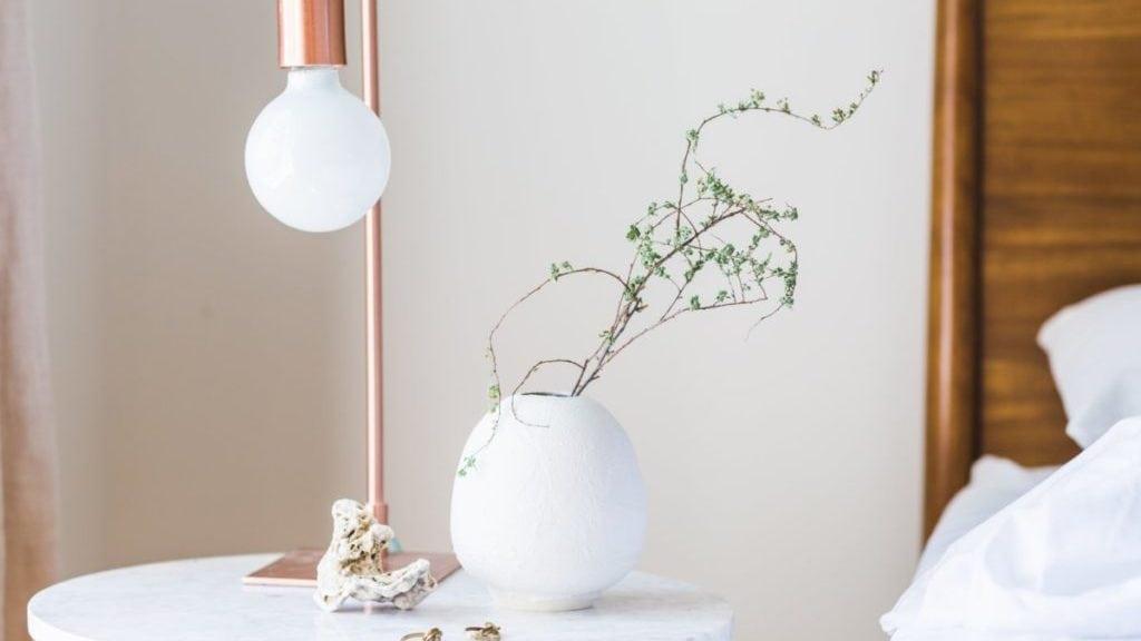 Tafeltje met lamp en plantje