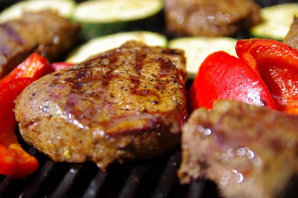 Contactgrill met vlees op de grill