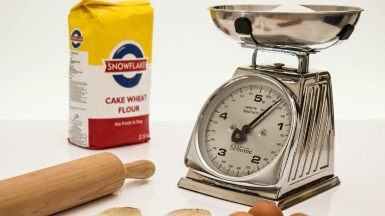 analoge keukenweegschaal met bakspullen