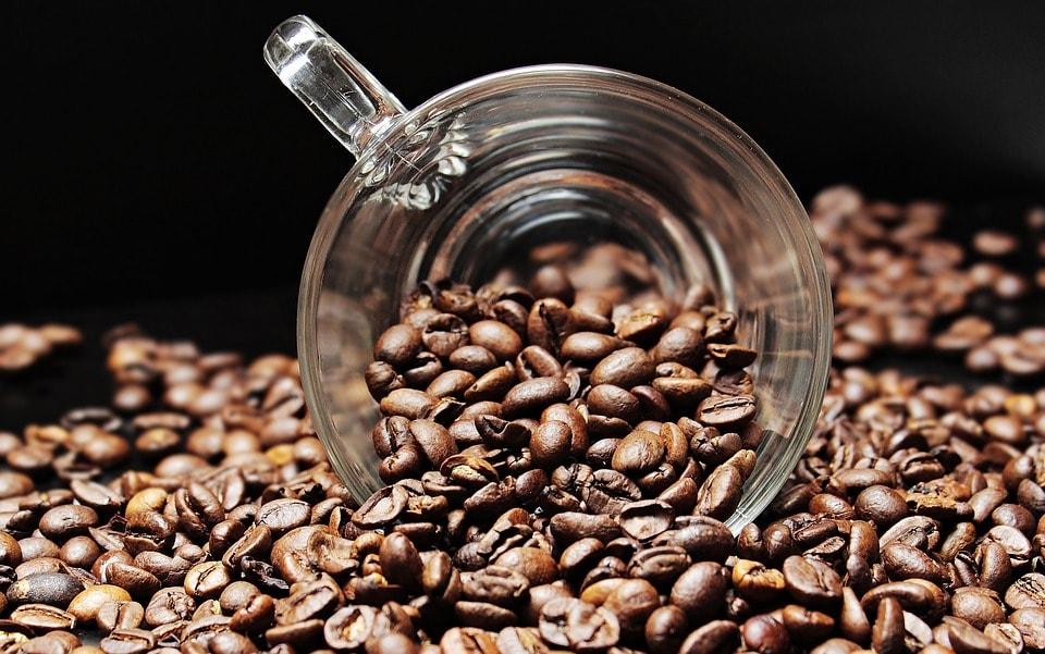 Koffiebonen in een kopje, vooraanzicht
