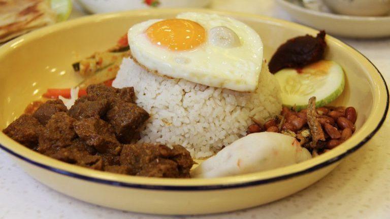 maaltijd slowcooker met rijst, vlees en ei