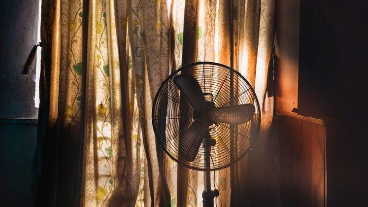 Ventilator bij het raam