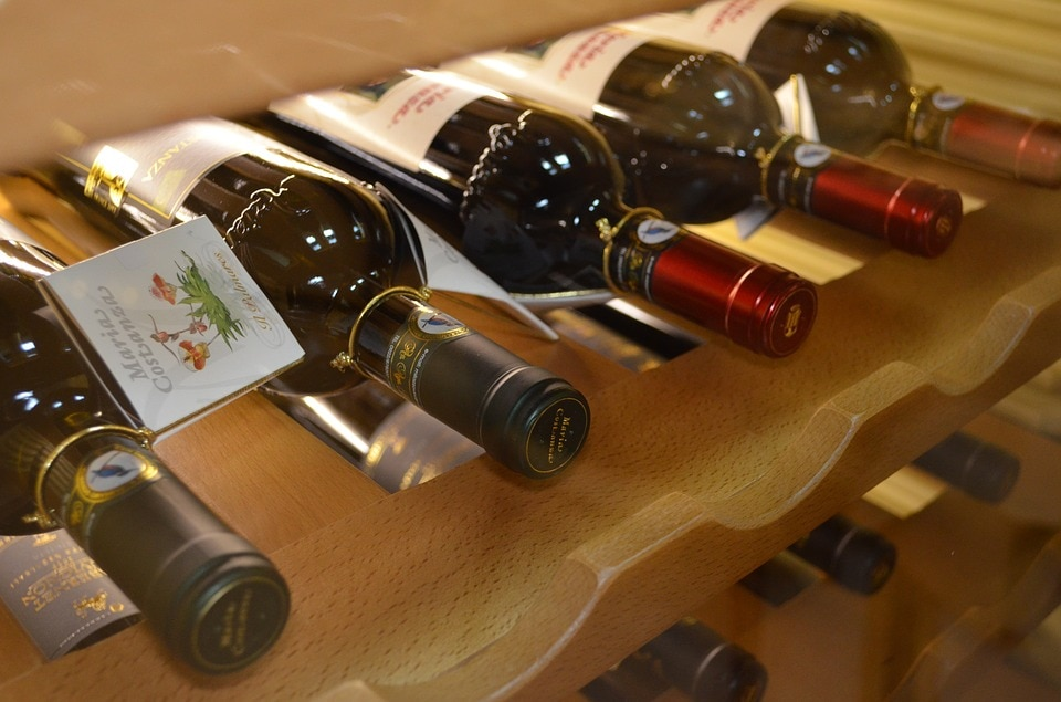 Wijklimaatkast zij-aanzicht, met flessen wijn