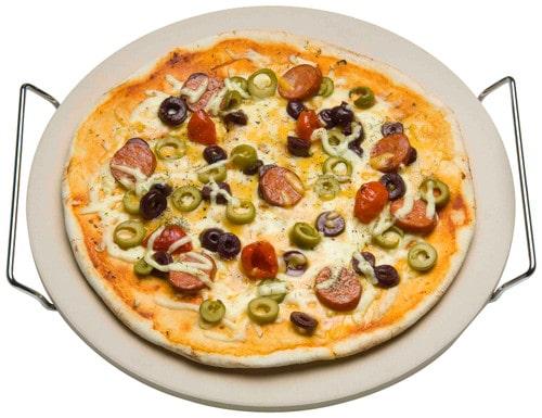 Pizza op pizzasteen bovenaanzicht