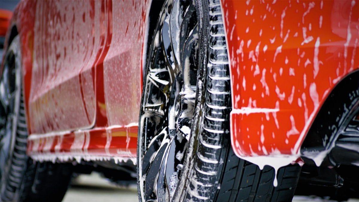 Rode auto die wordt gewassen