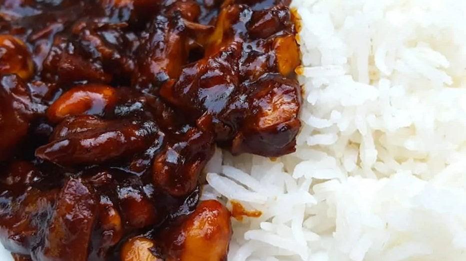 Kip met saus op rijst