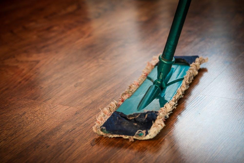 Dweil op houten vloer
