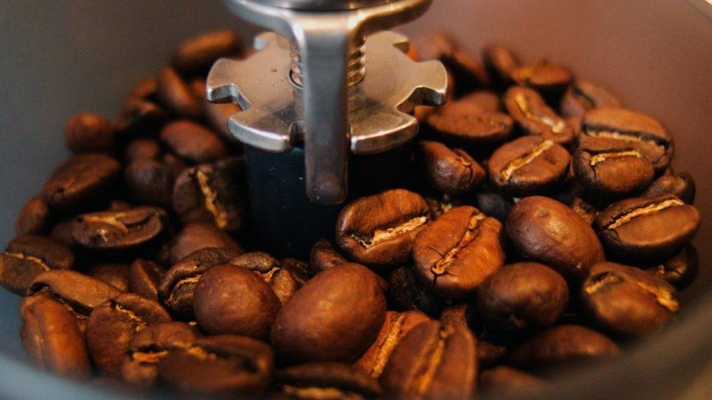 Koffiebonen in molen