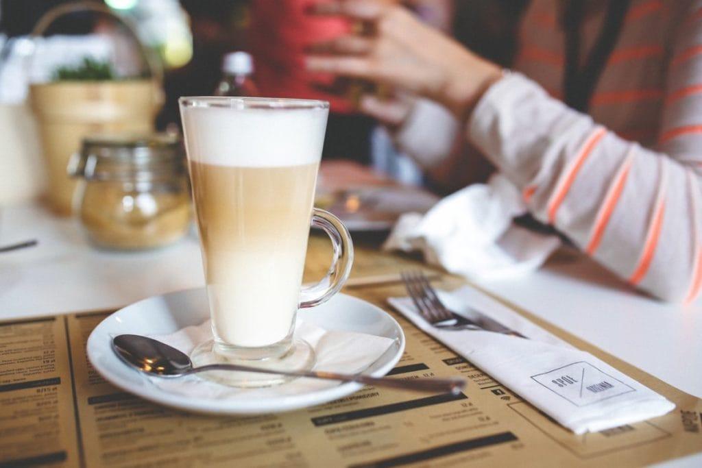 Latte koffie op tafel in cafe.