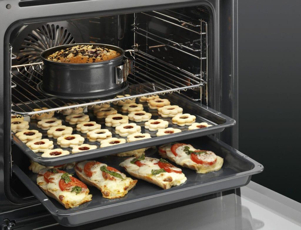 vooraanzicht oven met verschillende gerechten