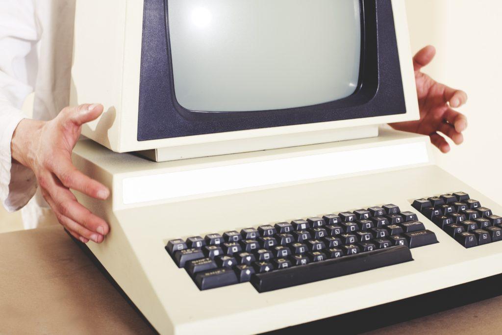 Oude computer, vooraanzicht