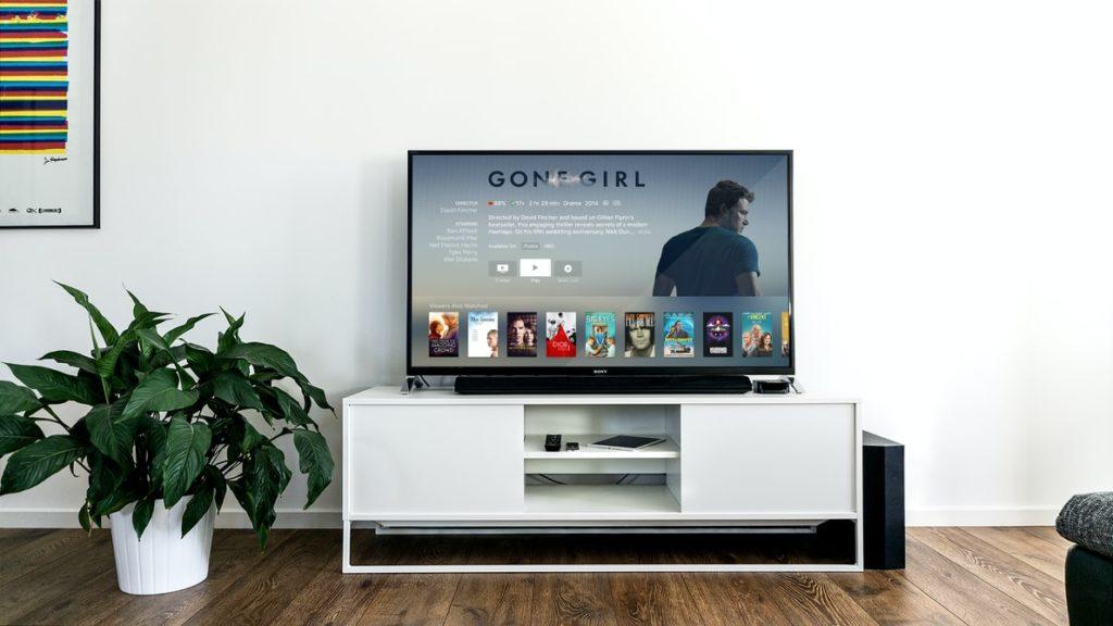tv op tv-meubel in huiskamer, vooraanzicht