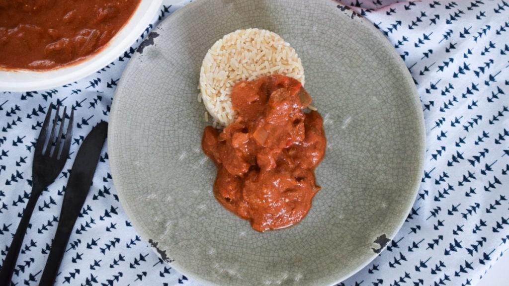 Goulash op een bord met rijst