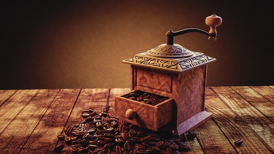 Handmatige koffiemolen op houten ondergrond, vooraanzicht