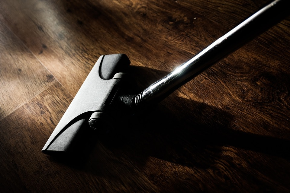 Stofzuigermond op houten vloer