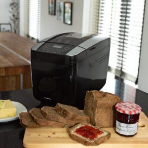 Inventum broodbakmachine op aanrecht met brood op broodplank