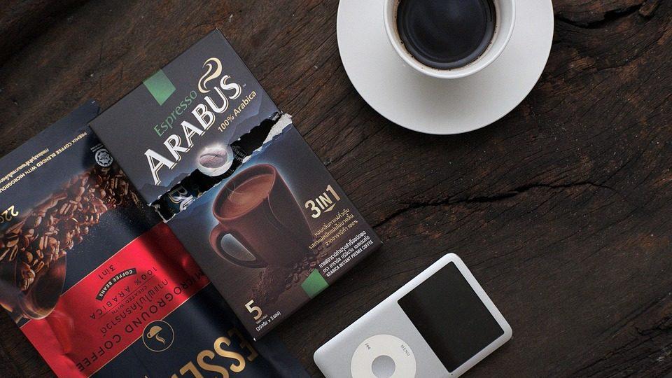 Koffie op tafel met bonen in zak en doos en een iPod