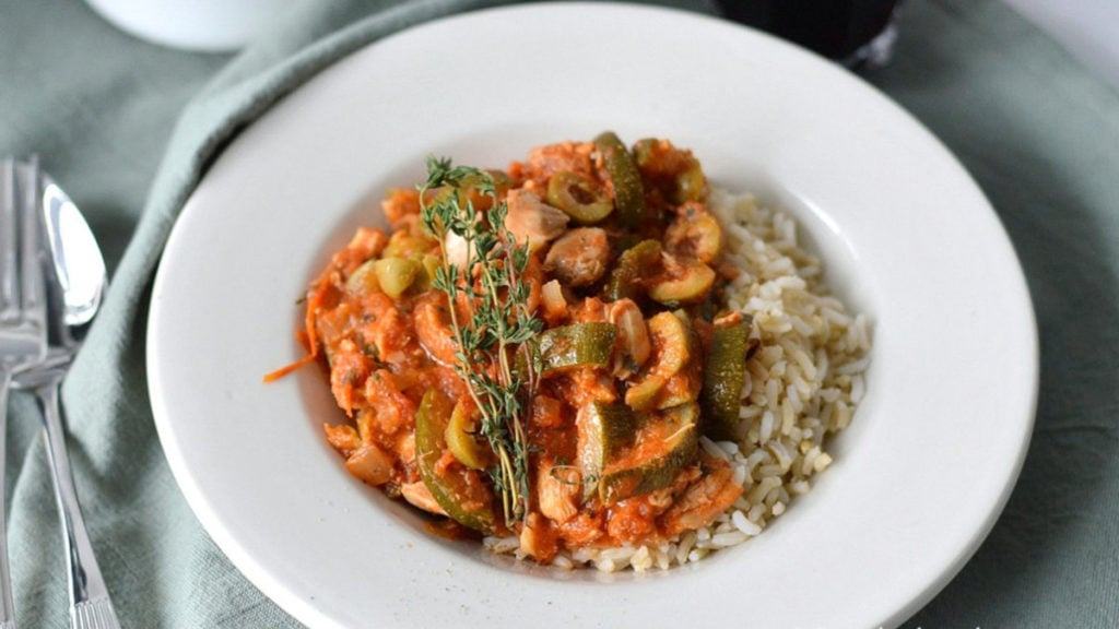 Kip in tomatensaus op rijst met groenten