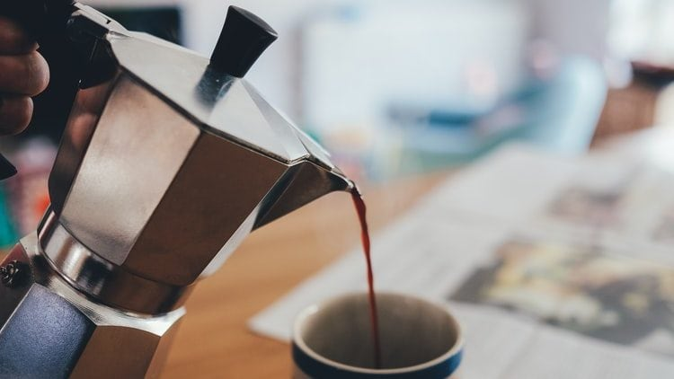 Koffie wordt uit percolator gegoten