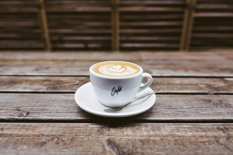 Cappuccino op tafel